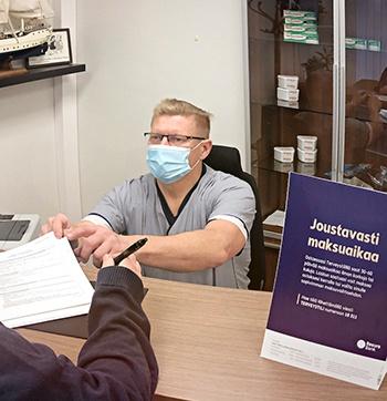 Hammasproteesityöt voi maksaa myös erissä ja sinulle sopivalla aikataululla - Marko Rosendahl auttaa täyttämään rahoitushakemuksen vastaanotolla-Salo-Paimio-Lieto